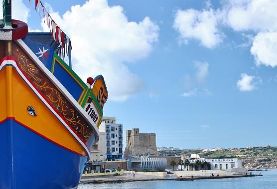 St. pauls zátoka s klasickou Maltskou loďkou