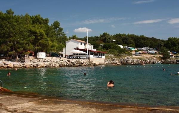 Jedna z pláží v hlavnom meste ostrova, Ostrov Krk, Chorvátsko