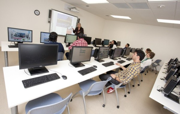 Embassy San Diego students in the computer room at the school.