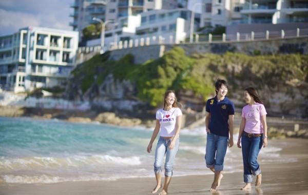 Debora Spengler, Kyung-Rae Kim and Phakamat walking on the beach