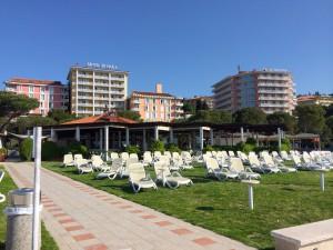 Pláž pri hoteloch s reštauráciou Medúza