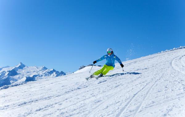 skifahrer_schmitten_mit_kitz_im_hintergrund