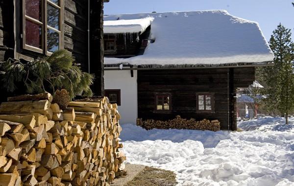 Häuser mit Holz vor der Hütte